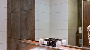 Badewanne und Dusche (separat), kostenlose Toilettenartikel, Handtücher