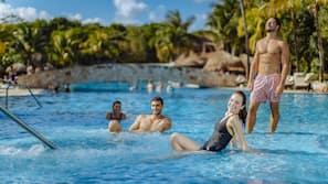 5 piscines extérieures, chaises longues