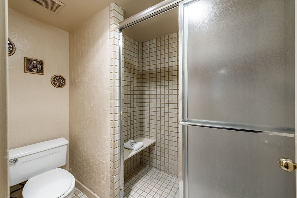 Bathroom Shower, Silver King Hotel by All Seasons Resort Lodging