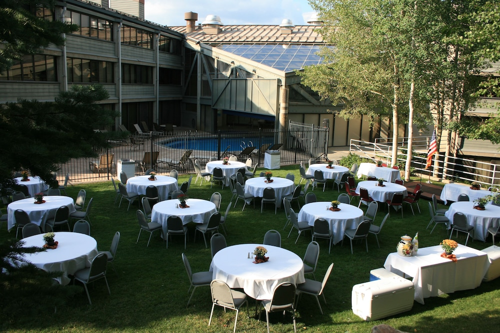 Outdoor Banquet Area, Silver King Hotel by All Seasons Resort Lodging