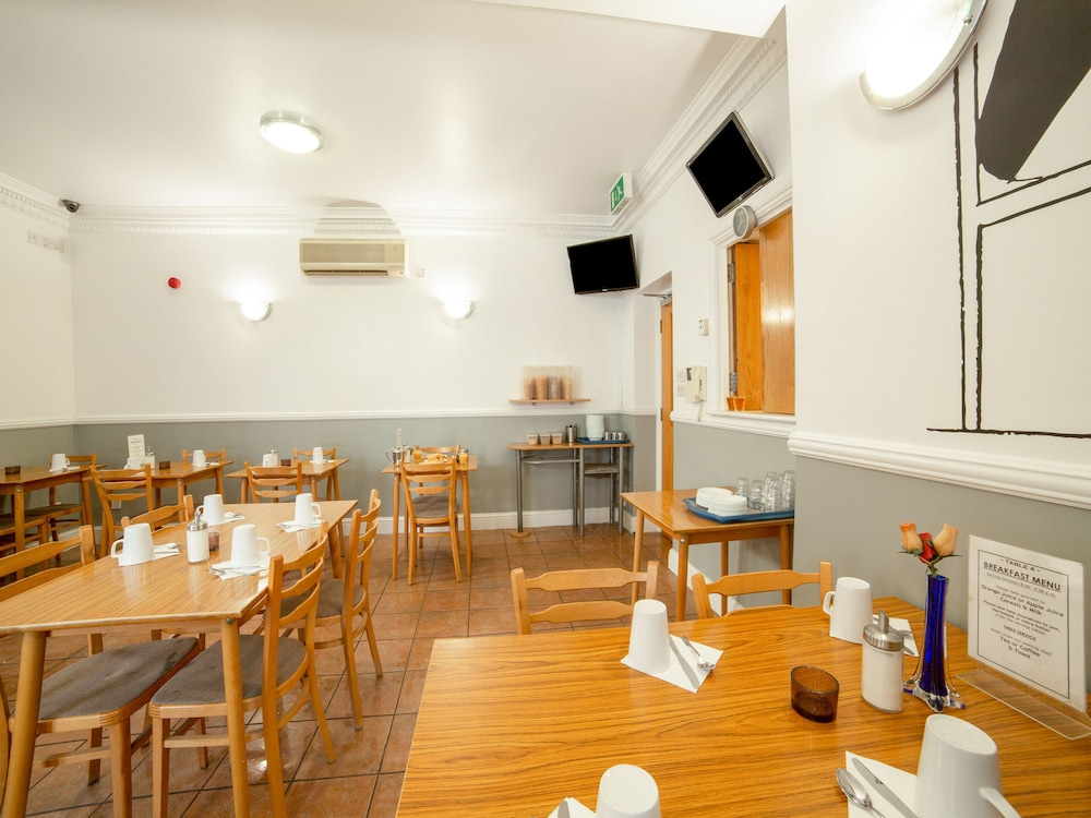 Breakfast Area, OYO Townhouse New England Victoria