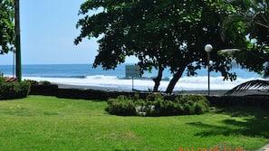Ubicación a pie de playa, arena negra y surf