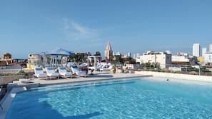 Una piscina al aire libre (de 7:00 a 19:00), sombrillas, tumbonas