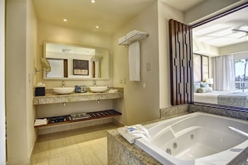 Luxury Presidential Jacuzzi Two Bedroom Suite Diamond Club with Butler Service - Bathroom