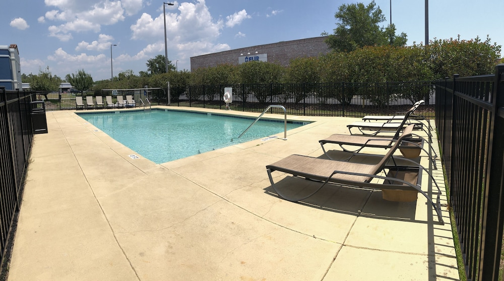 Outdoor Pool, Days Inn by Wyndham Niceville/Eglin Air Force Base