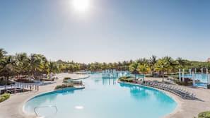 9 piscinas al aire libre, sombrillas