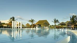 9 piscines extérieures, parasols de plage