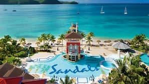 5 piscines extérieures, parasols de plage