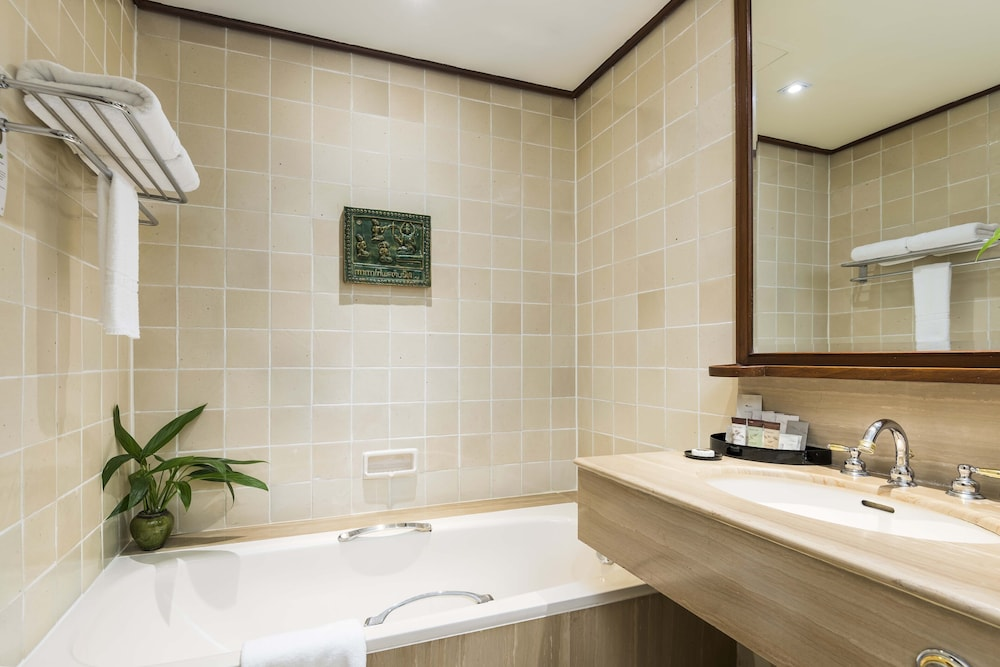 Bathroom, Chatrium Hotel Royal Lake Yangon