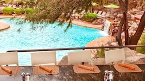 2 piscinas al aire libre (de 6:00 a 22:00), sombrillas, tumbonas