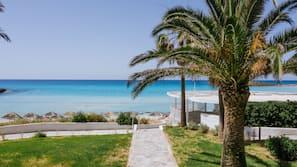 På stranden, solstolar, parasoller och strandhanddukar