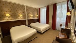 房內夾萬、熨斗/熨衫板、嬰兒床 (收費)、床單