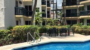Una piscina al aire libre (de 8:00 a 20:30), tumbonas