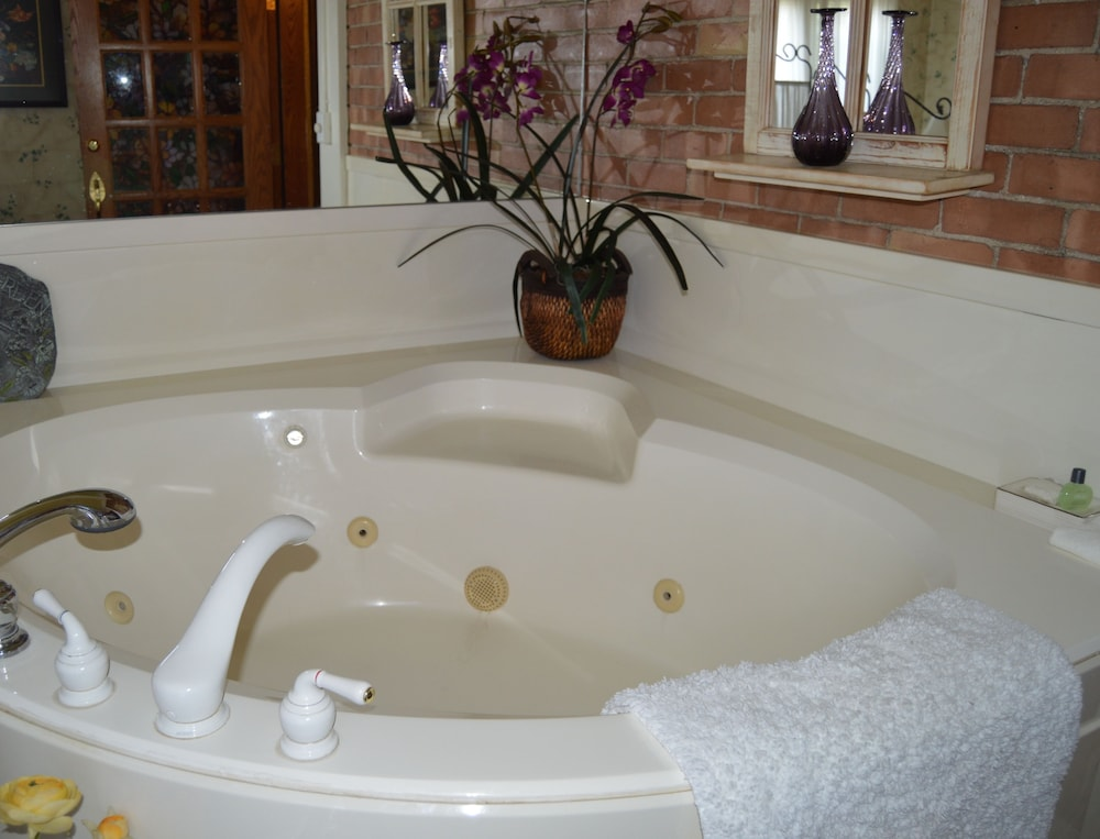 Jetted Tub, Hines Mansion