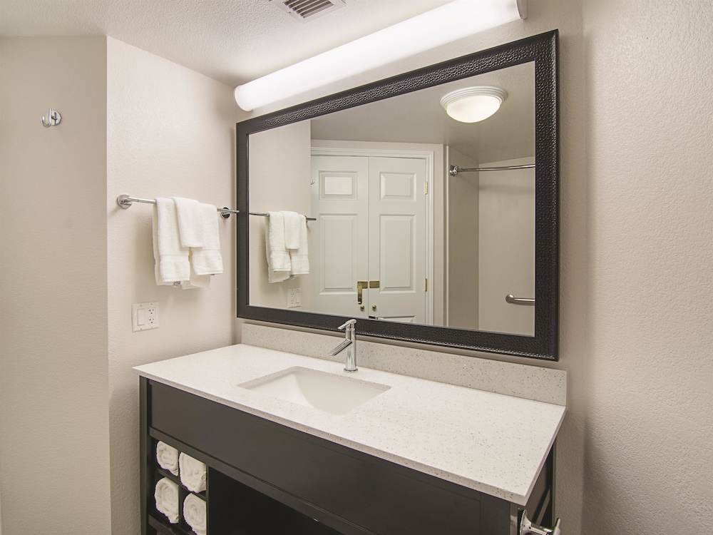 La quinta inn suites phoenix mesa west deals reviews for Bathroom b q offers