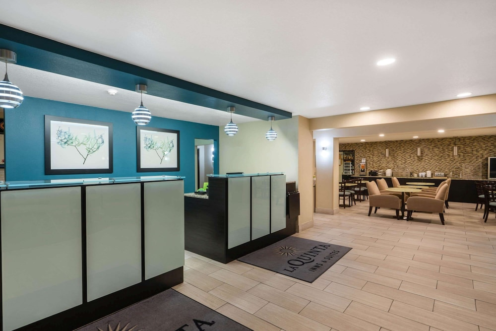 Lobby, La Quinta Inn & Suites by Wyndham Castle Rock