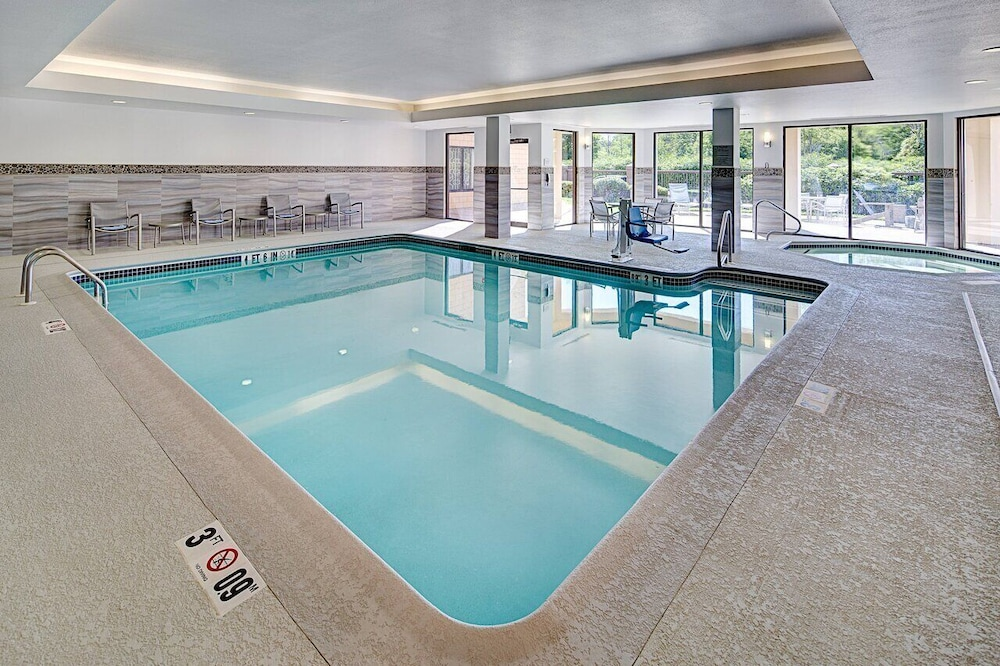 Indoor Pool, Courtyard by Marriott Manchester - Boston Regional Airport