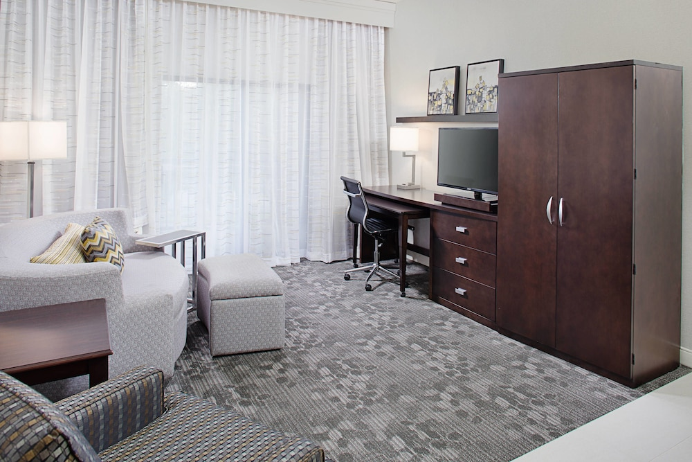 Room, Courtyard by Marriott Manchester - Boston Regional Airport