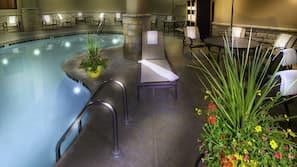 室內泳池;泳池傘、躺椅