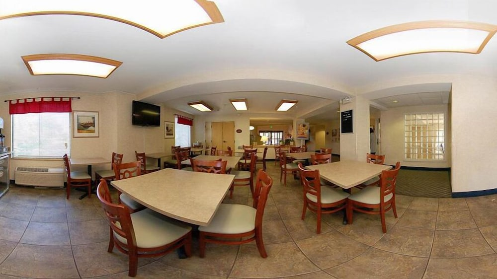 Breakfast Area, Econo Lodge Denver International Airport