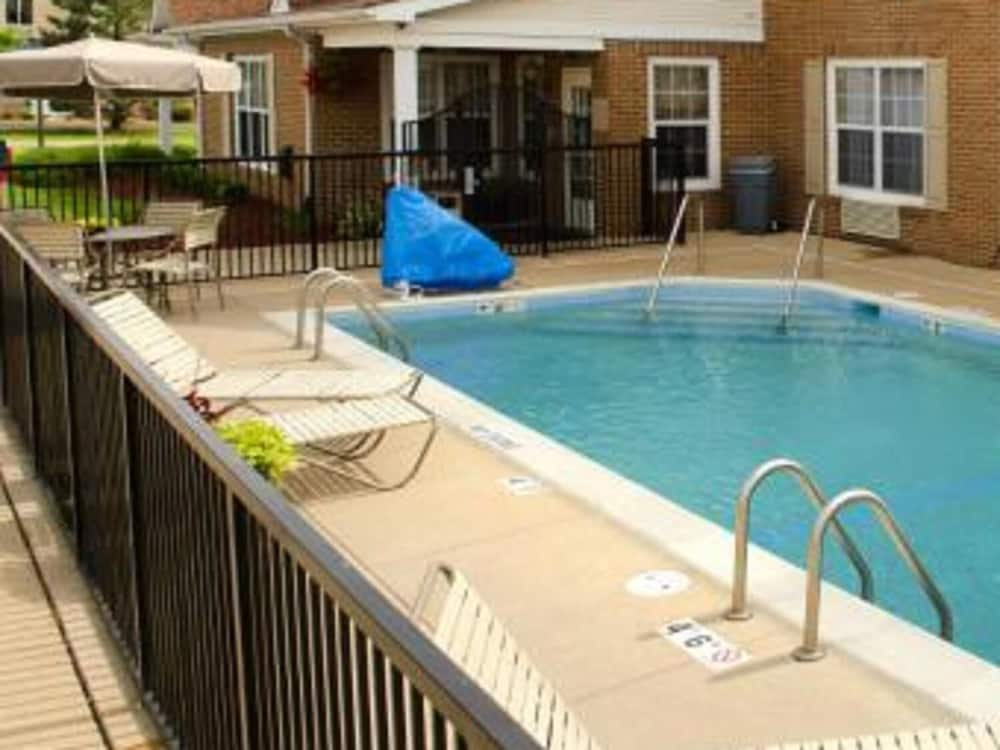 Pool, TownePlace Suites By Marriott St. Louis Fenton