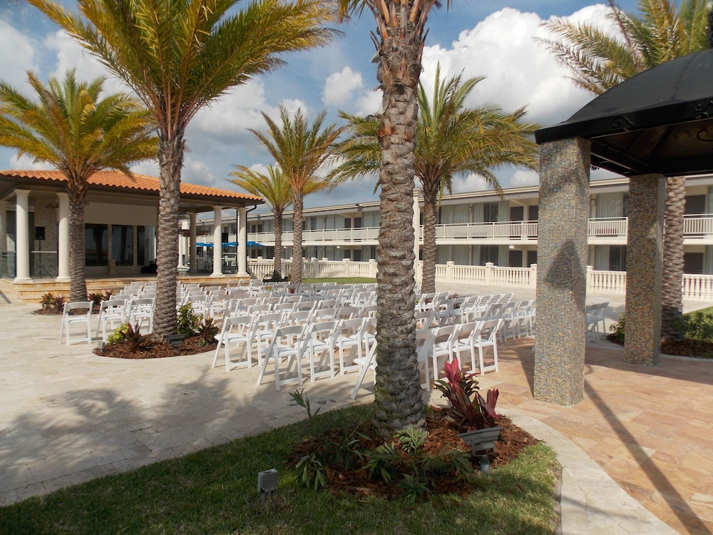 Outdoor Wedding Area, Clarion Inn and Conference Center Tampa - Brandon