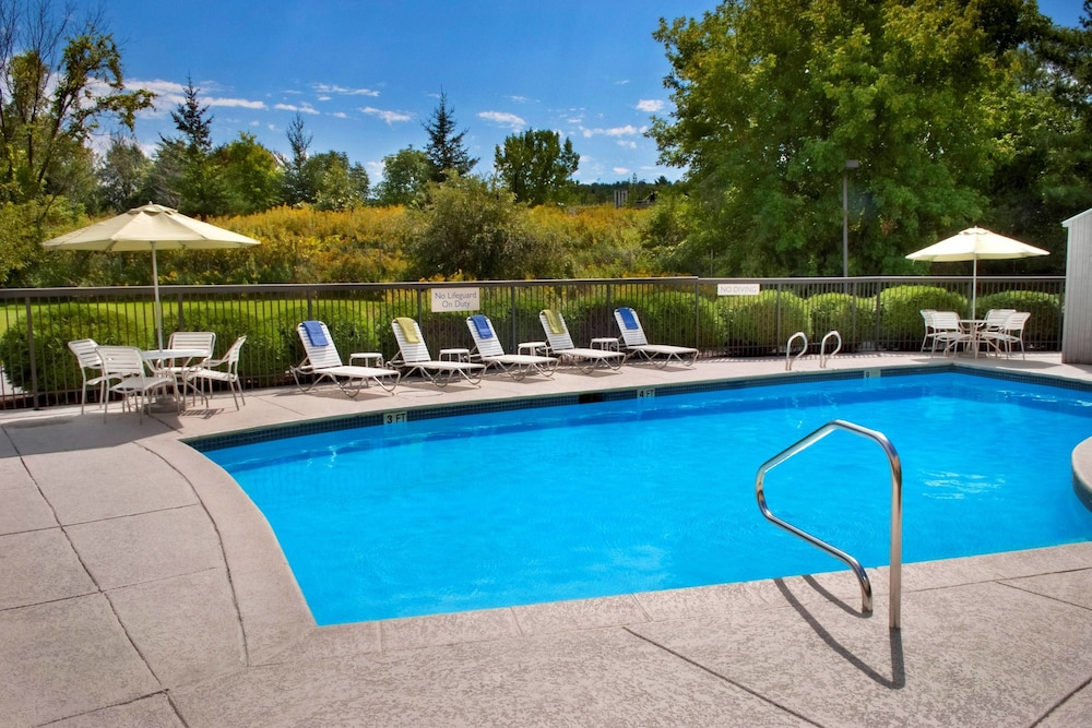 Outdoor Pool, Fairfield Inn by Marriott Burlington Williston