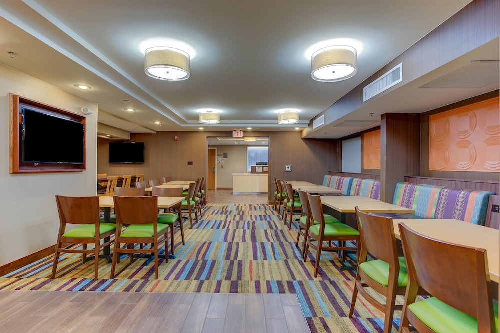 Breakfast Area, Fairfield Inn by Marriott Burlington Williston