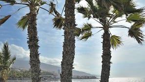 Ubicación cercana a la playa y arena negra