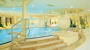 3 piscines couvertes, piscine extérieure, parasols de plage