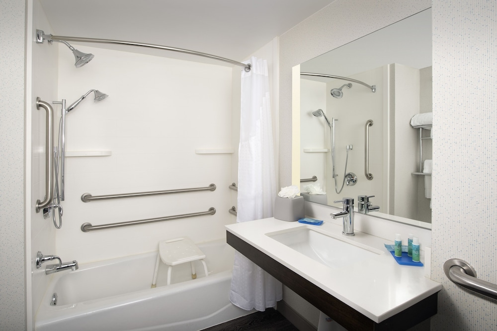 Bathroom, Holiday Inn Express & Suites Baltimore - BWI Airport North