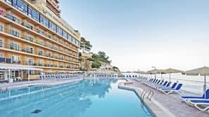 실내 수영장, 야외 수영장, 10:00 ~ 18:00 오픈, 수영장 파라솔, 일광욕 의자