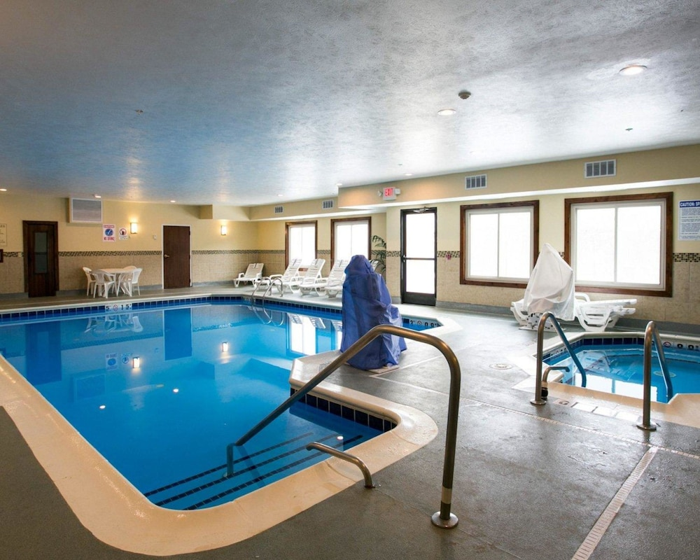Pool, Comfort Suites Benton Harbor - St. Joseph