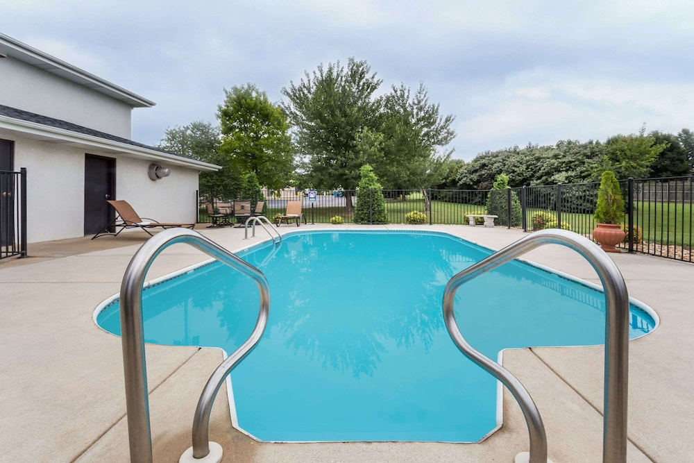 Pool, Days Inn by Wyndham Battlefield Rd/Hwy 65