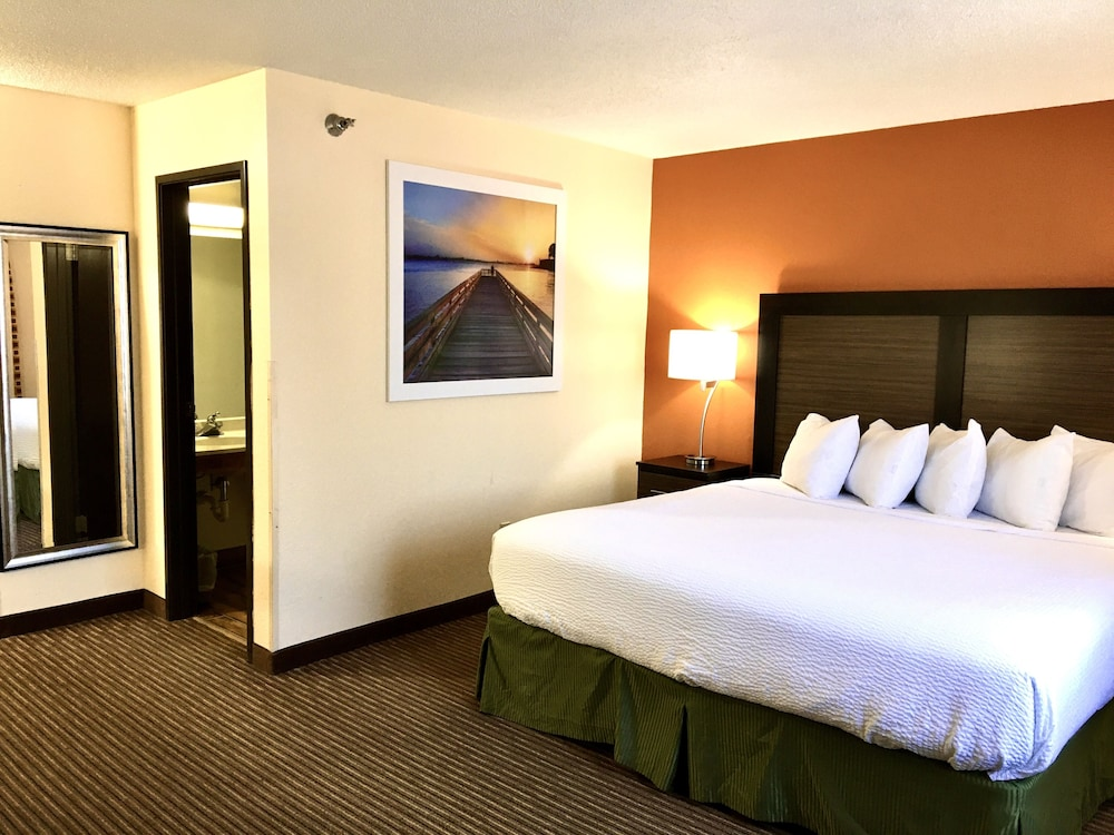 Room, Days Inn & Suites by Wyndham Traverse City