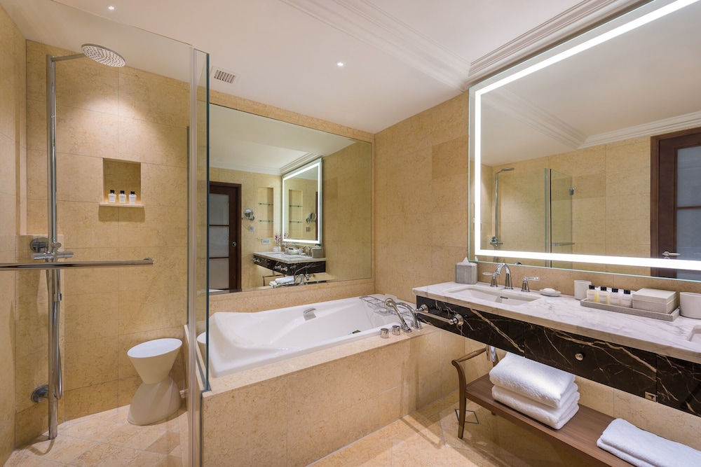 Bathroom, The Fullerton Hotel Singapore