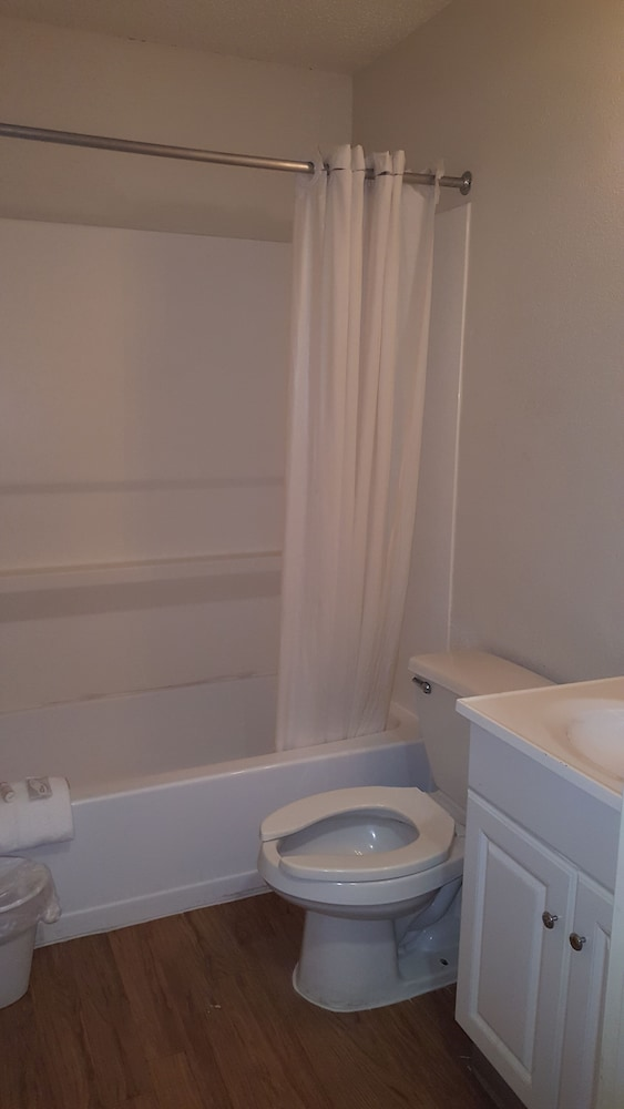 Bathroom, Intown Suites Extended Stay New Orleans - Harvey