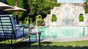 Una piscina al aire libre (de 7:00 a 20:00), sombrillas