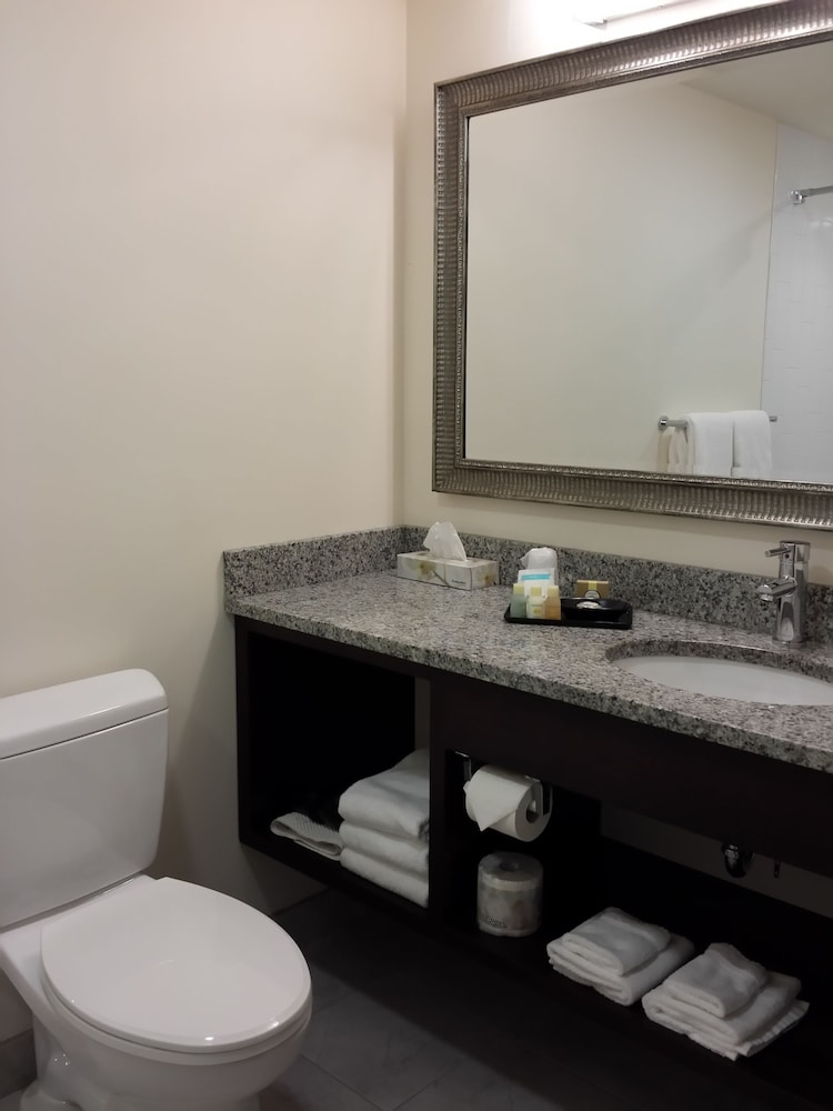 Bathroom, Belfast Harbor Inn