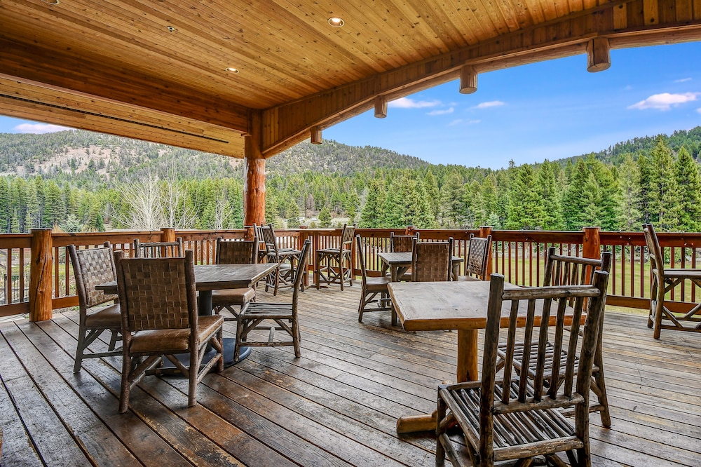 Outdoor Dining, Rainbow Ranch Lodge