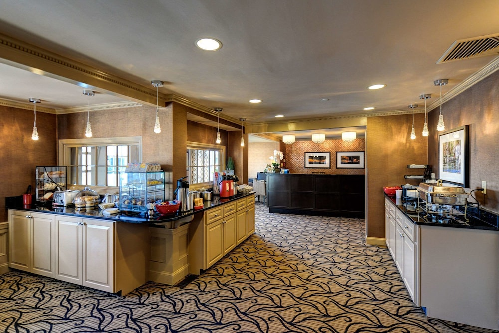 Breakfast Area, Port Inn and Suites Portsmouth, Ascend Hotel Collection