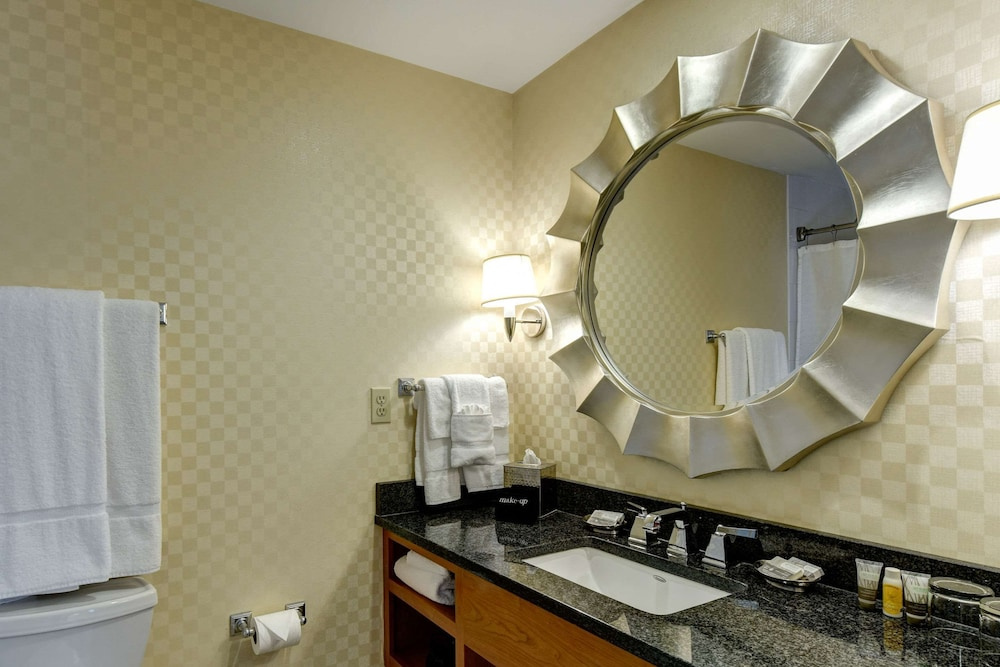 Bathroom, Port Inn and Suites Portsmouth, Ascend Hotel Collection