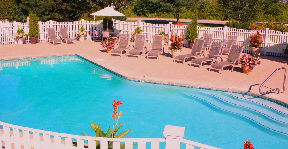 Outdoor Pool, Port Inn and Suites Portsmouth, Ascend Hotel Collection