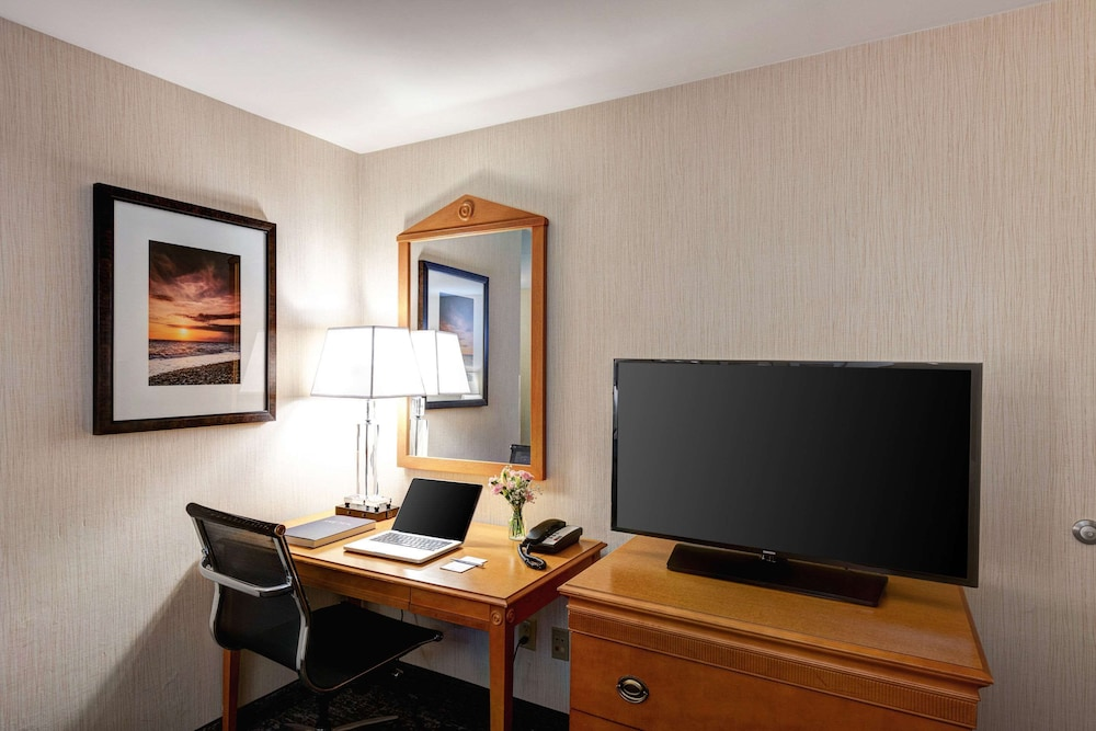 Room, Port Inn and Suites Portsmouth, Ascend Hotel Collection