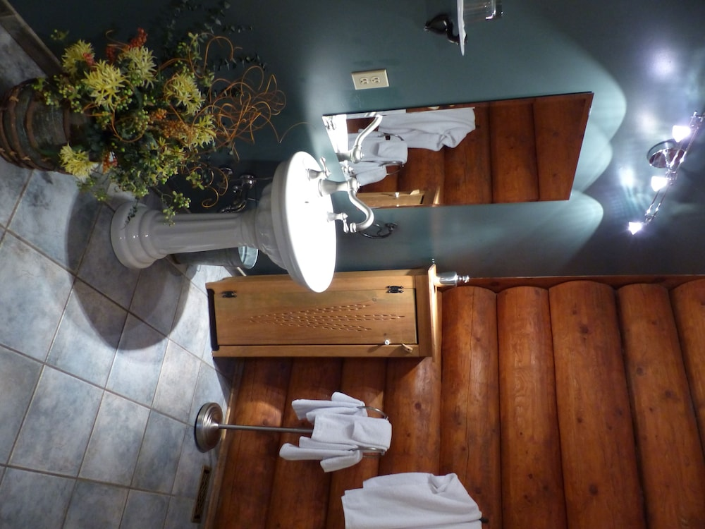 Bathroom, Inn on the Lake