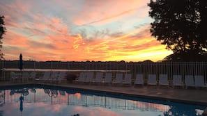 실내 수영장, 시즌별로 운영되는 야외 수영장, 수영장 파라솔