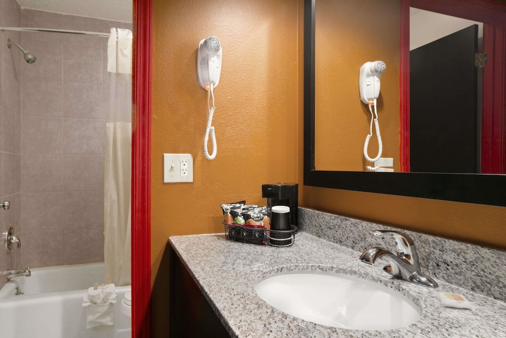 Bathroom, Days Inn by Wyndham Liberty/NE Kansas City