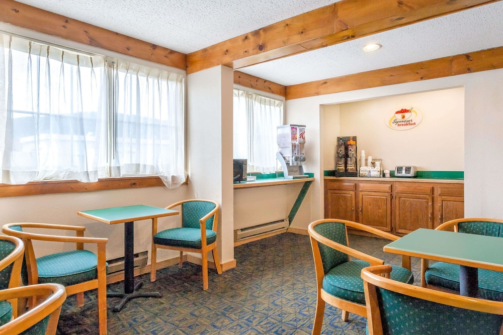Breakfast Area, Super 8 by Wyndham Oneonta/Cooperstown