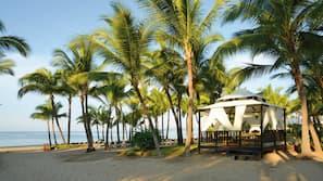Plage, chaises longues, serviettes de plage, planche à voile