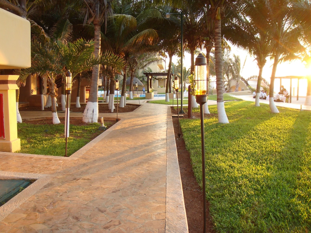 Property Grounds, Reef Yucatan All Inclusive Hotel and Convention Center